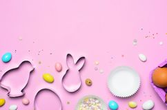 Wielkanocny pojęcie, ciastko krajacze, jajka, cukier Kropi i Czekoladowi jajka na Jaskrawym tle zdjęcie stock