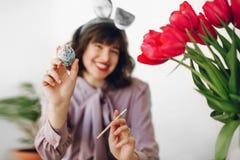 Wielkanocny polowanie piękna elegancka dziewczyna w królików ucho ono uśmiecha się i pa Zdjęcie Royalty Free