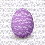Wielkanocny purpurowy jajko Dekorujący świąteczny jajko z prostą abstrakcjonistyczną dekoracją odosobniony Zdjęcie Stock