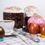 Wielkanocny ranek zasychają malująca wielkanoc i jajka Zdjęcia Stock