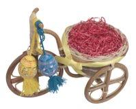 Wielkanocny rower z błękitnymi i żółtymi jajkami toczy Obrazy Royalty Free