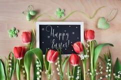 Wielkanocny skład z blackboard obramiającym z wiosną kwitnie, t Fotografia Stock