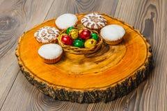 Wielkanocny skład na drewnianym tle Jajko Zdjęcie Stock