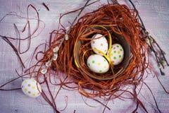 Wielkanocny skład z barwionymi jajkami w gniazdeczku Zdjęcia Royalty Free