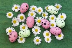 Wielkanocny tło z kolorowymi jajkami obraz stock