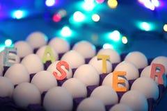 Wielkanocny tło z Wielkanocnymi jajkami i bokeh skutkiem Odgórny widok z kopii przestrzenią fotografia stock