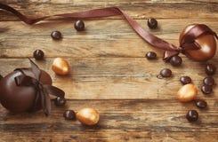 Wielkanocny tło z złotym i czekoladowym jajkiem Zdjęcie Stock