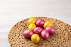 Wielkanocny t?o z Wielkanocnymi jajkami Odg?rny widok z kopii przestrzeni? zdjęcia stock