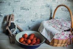 Wielkanocny temat figlarki obsiadanie w ampuła wyplatającym spodeczku i filiżance Obrazy Royalty Free