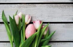 Wielkanocny tulipanu bukiet i Wielkanocny jajko Obraz Stock