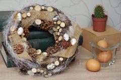 Wielkanocny wianek w ekologicznym stylu na stole Fotografia Stock