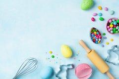 Wielkanocny wypiekowy tło z kuchni narzędziami dla wakacyjnej słodkiej piekarni odgórnego widoku Mieszkanie nieatutowy zdjęcia stock