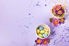 Wielkanocny wystrój w pastelowych kolorach Wielkanocni jajka, cukierek, cukierki, kwiaty i eggshells, fotografia royalty free