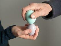 Wielkanocny zwyczaj, Easter jajka w ręce zdjęcie stock
