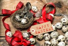 Wielkanocnych jajek czerwony tasiemkowy łęk i etykietki Szczęśliwa wielkanoc Fotografia Stock