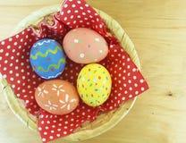 Wielkanocnych jajek drewniana koszykowa dekoracja, kolor żółty, jedzenie Zdjęcie Royalty Free