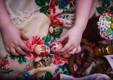Wielkanocnych jajek dziecka ręka zdjęcie royalty free