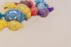Wielkanocnych jajek kolorów jajka z kremowym tłem Zdjęcie Stock