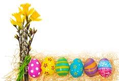 Wielkanocnych jajek ręka malował z bukietem kwiatów daffodils, ca Fotografia Royalty Free