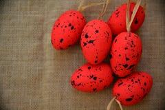 Wielkanocnych tło czerwonych jajek naturalna kanwa Zdjęcia Stock