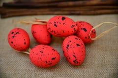 Wielkanocnych tło czerwonych jajek naturalna kanwa Obrazy Royalty Free