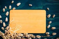 Wielkanocnych wierzbowych bazii drewniana deska Obrazy Stock
