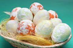Wielkanocy cętkowani jajka w koszu Fotografia Stock