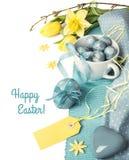Wielkanocy granica z kolorów żółtych kwiatami i błękitnymi dekoracjami na bielu Zdjęcie Stock