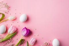 Wielkanocy i wiosny mieszkanie kłaść na różowym tle kosmos kopii obraz stock