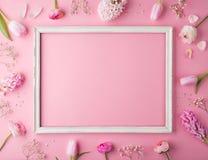 Wielkanocy i wiosny mieszkanie kłaść na różowym tle obraz stock