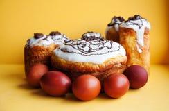 Wielkanocy jajek wciąż tortowy życie Chrystianizm religii wakacyjny śniadanio-lunch, domowej roboty piec deser na żółtym tle Zdjęcie Royalty Free