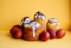 Wielkanocy jajek wciąż tortowy życie Chrystianizm religii wakacyjny śniadanio-lunch, domowej roboty piec deser na żółtym tle Zdjęcia Royalty Free