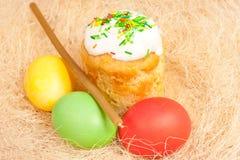 Wielkanocy jajka na jaskrawym i tort Obrazy Royalty Free