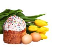 Wielkanocy jajka z kwiatami odizolowywającymi na bielu i tort Zdjęcia Royalty Free