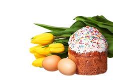 Wielkanocy jajka z kwiatami odizolowywającymi na bielu i tort Zdjęcia Stock