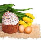 Wielkanocy jajka z kwiatami odizolowywającymi na bielu i tort Fotografia Stock