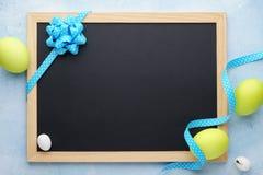 Wielkanocy rama z zielonymi jajkami i pustym chalkboard fotografia royalty free