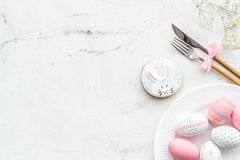 Wielkanocy stołowy położenie Tableware i malujący jajka na białej tło odgórnego widoku przestrzeni dla teksta fotografia royalty free