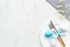 Wielkanocy stołowy położenie Tableware i malujący jajka na bielu kamienia tła odgórnego widoku kopii przestrzeni fotografia royalty free