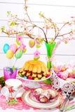 Wielkanocy stołowa dekoracja z pierścionku koszem i tortem Obraz Stock