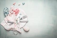 Wielkanocy stołowy położenie w błękit menchii pastelowym kolorze z uroczymi kwiatami i wystroju jajkiem, odgórny widok Obraz Royalty Free