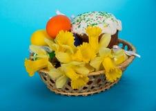 Wielkanocy tort, jajka i kwiaty w koszu, Obrazy Stock