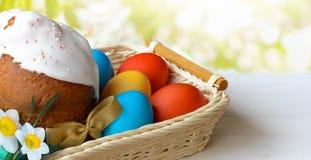 Wielkanocy tortowi i Wielkanocni jajka na białym drewnianym stole Zdjęcie Royalty Free