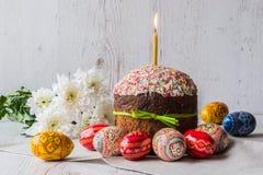 Wielkanocy tortowy kulich z jajkami i wiosną kwitnie na lekkim drewnianym tle Obrazy Stock