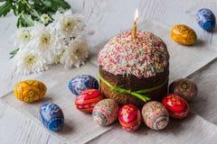 Wielkanocy tortowy kulich z jajkami i wiosną kwitnie na lekkim drewnianym tle Zdjęcia Royalty Free