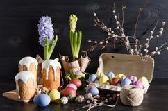 Wielkanocy wciąż życie na ciemnym, drewnianym tle, zdjęcie stock