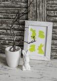 Wielkanocy wciąż życie Wielkanocnej dekoraci ceramiczny królik i Wielkanocny domowej roboty obrazek - Na drewnianym wieśniaka sto Obraz Stock