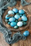 Wielkanocy wciąż życie z colorfull jajkami zdjęcie stock