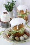 Wielkanocy wciąż życie z wielkanoc torta kulich, paskha i malującymi jajkami na lekkim tle, Obrazy Stock