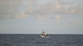 Wielki łódkowaty żagiel w otwartym oceanie, Conakry zbiory wideo
